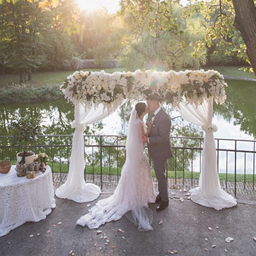 caf702e5d7 Ha már megkérték a kezed biztosan minden gondolatod az esküvő körül forog  és bele is vágnál a szervezkedésbe. Sok esetben a pár a rokonok véleményét  és ...